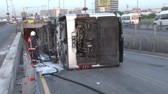 Cevizlibağ'da metrobüs yan yattı: 10 yaralı