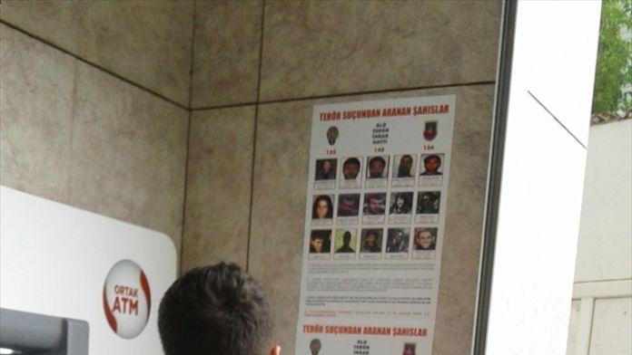 Aranan teröristler afişlerle duyuruluyor