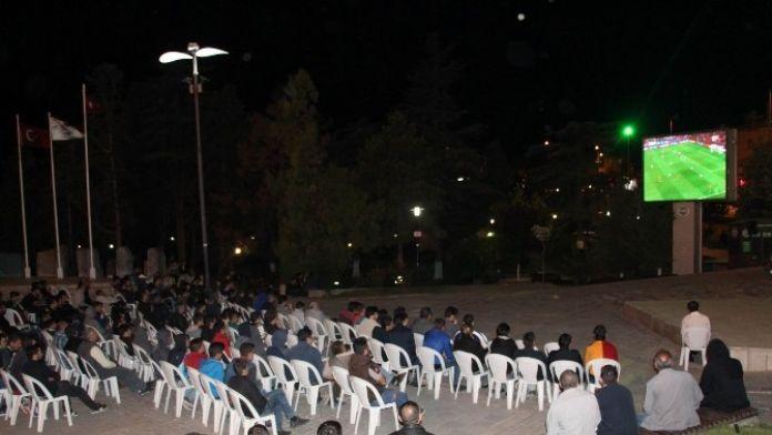 Develi Cumhuriyet Meydanında Maç Heyecanı