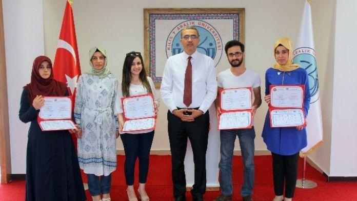 7 Aralık Üniversitesinin Mezunları Diplomalarını Rektör Güvenç'in Elinden Aldı