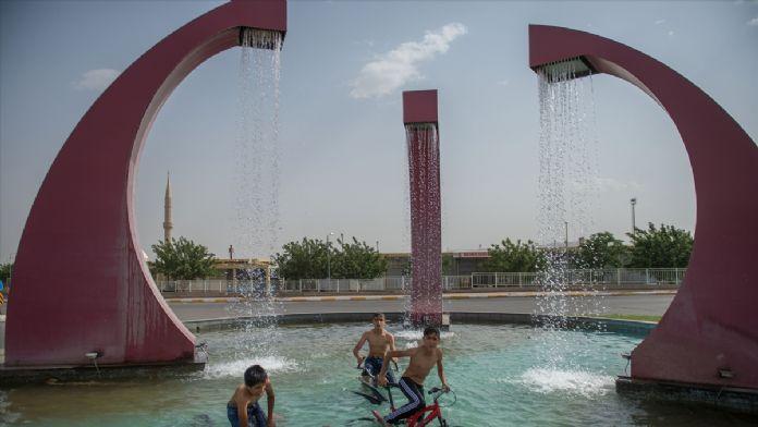 Bisikletleriyle süs havuzlarında serinlemeye çalışıyorlar
