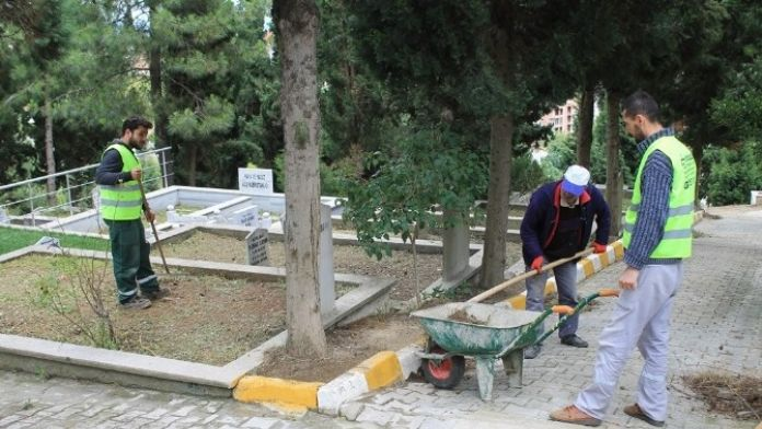 Mezarlıklarda Bakım Ve Temizlik Yapıldı