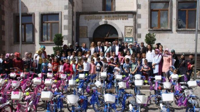 Karaaslan'dan Uçhisarlı Minik Öğrencilere Bisiklet