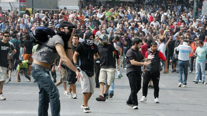 Eğitimciler polisle çatıştı : 6 polis öldü