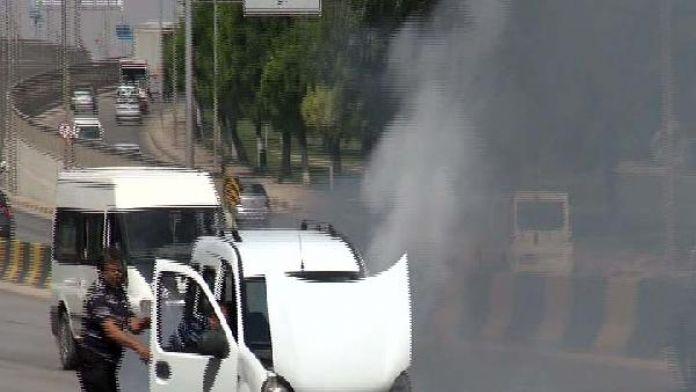 Seyir halindeki araçtan çıkan duman paniğe neden oldu