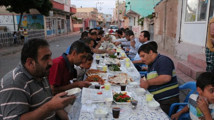 Suriye sınırında sokakta iftar geleneği