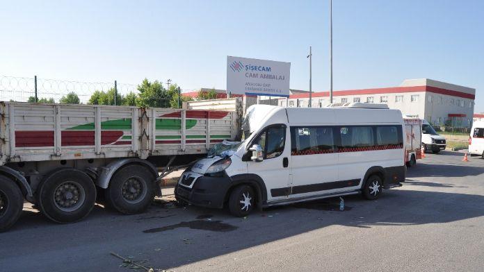 Servis minibüsü TIR'a çarptı: 17 yaralı