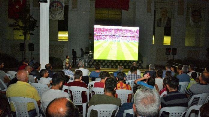 Körfezliler Milli Maçı Dev Ekranda İzledi