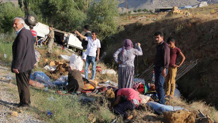 Malatya'da mevsimlik işçileri taşıyan minibüs devrildi: 24 yaralı
