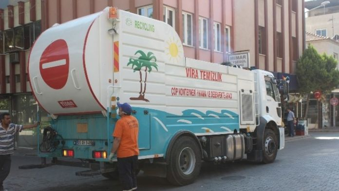 Alaşehir'de Çöp Konteynerleri Dezenfekte Ediliyor