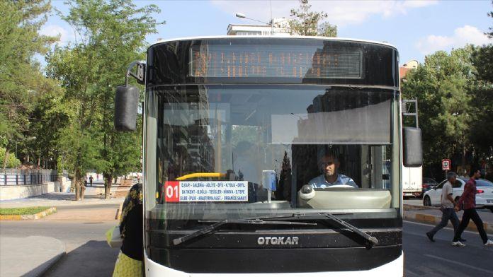Belediyeye tepki gösteren şoförler yolcuları ücretsiz taşıdı