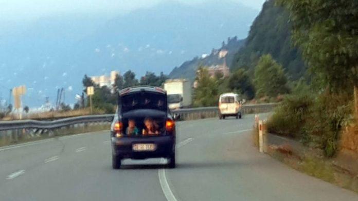 Böyle sorumsuzluk olmaz: Otomobilin bagajında çocuk var !