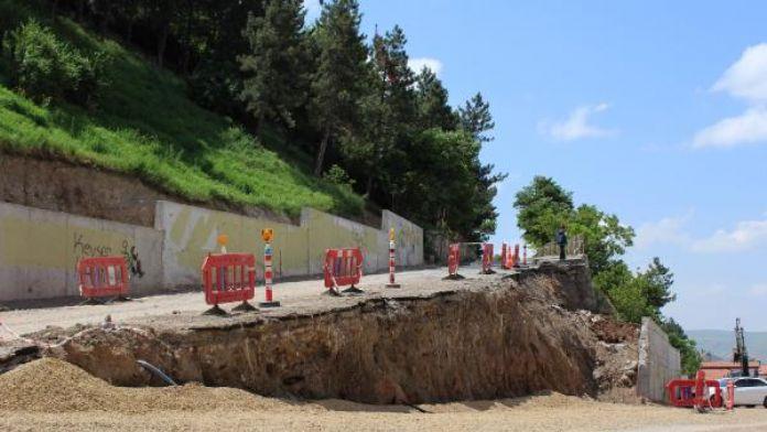 Toprak kayması nedeniyle 10 metrelik yol çöktü