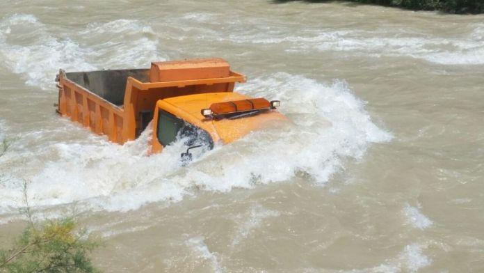 Hafriyat boşaltırken nehre düştü!