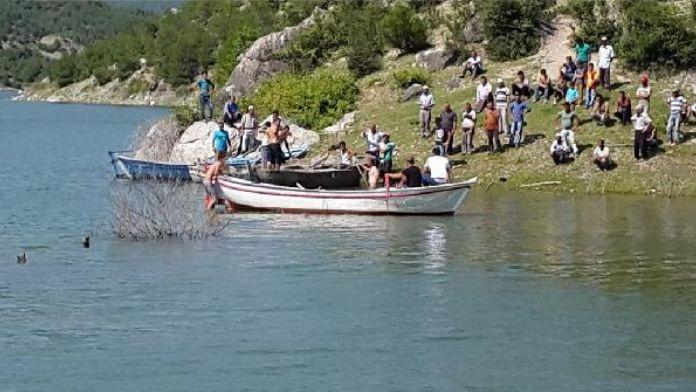 Baraj gölünde boğulan iki arkadaş toprağa verildi