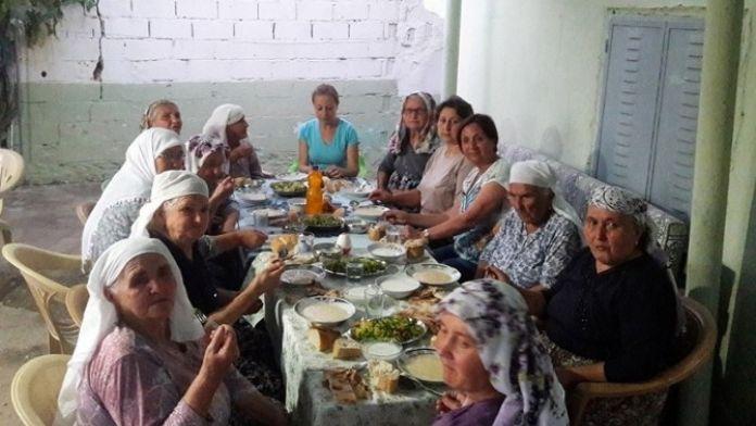 CHP'li Kadınlar Tanımadıkları Ailelerle İftar Yaptı