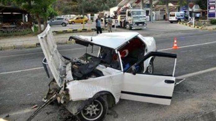 Otomobil direğe çarptı: 1 ölü, 4 yaralı
