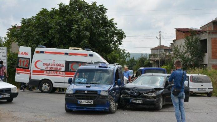 Otomobil İle Dolmuş Çarpıştı: 1 Yaralı