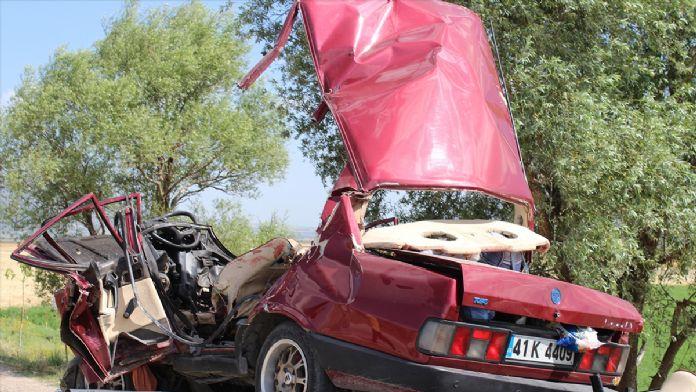 Otomobil reklam panosuna çarptı: 4 ölü, 1 yaralı