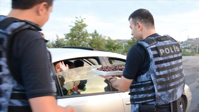 Teröristlerden temizlenen Sur'da polisten vatandaşlara su ve hurma