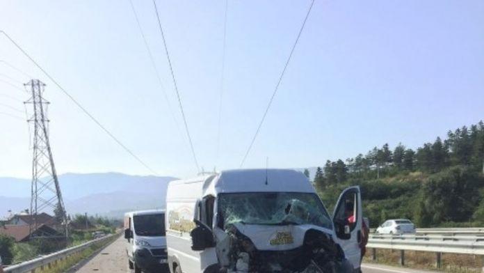 Kum Yüklü Kamyona Çarptı 1 Kişi Yaralandı