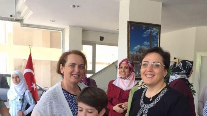 AK Parti Kadınlar Yetim Çocukları Giydirdi