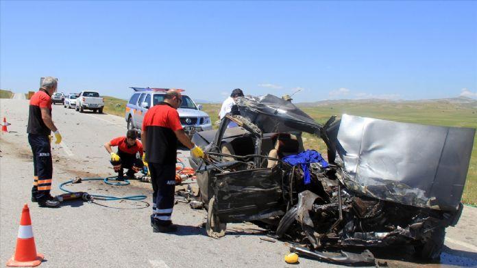 Sivas'ta tır ile otomobil çarpıştı: 2 ölü, 3 yaralı