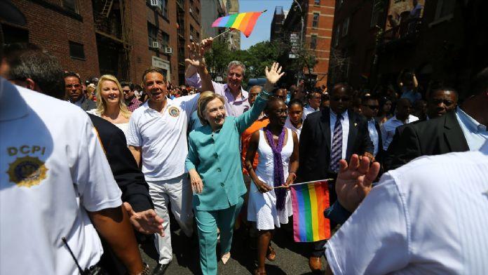 Hillary Clinton eşcinsellerin yürüyüşüne katıldı