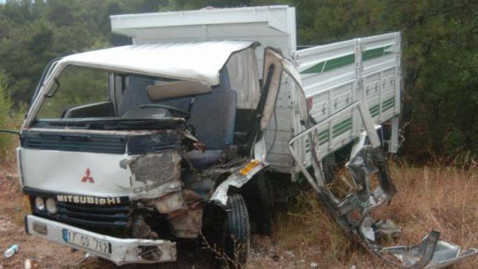 2 kamyonet çarpıştı: 1 yaralı