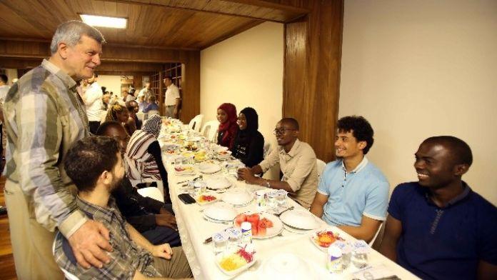 Başkan Karaosmanoğlu, Hafızlarla Ve Öğrencilerle İftar Yaptı
