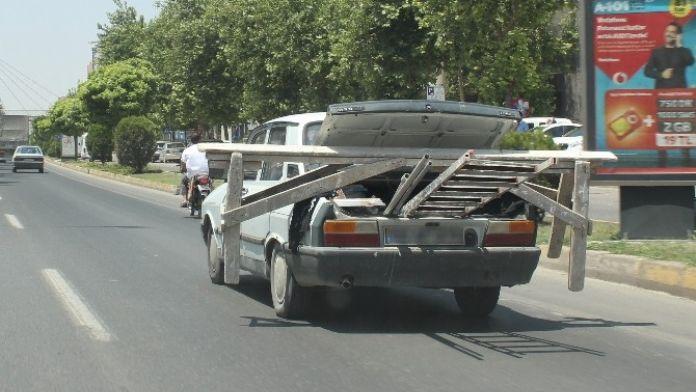 Otomobile İnşaat İskelesi Yüklediler