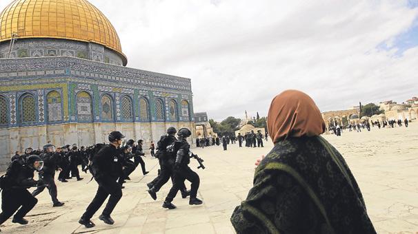 İsrail polisi Mescid-i Aksa'ya yine saldırdı