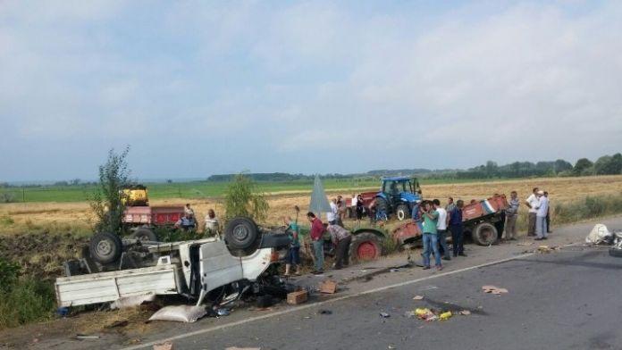 Kamyonet Pikap Park Halindeki Traktöre Çarptı: 1 Yaralı