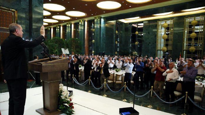 Erdoğan, esnaf ve vatandaşlarla iftarda bir araya geldi