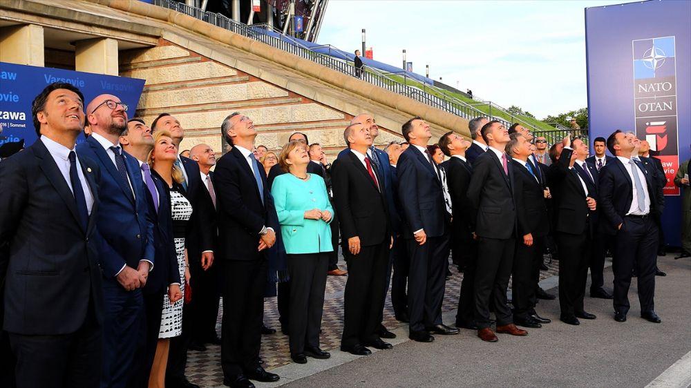 NATO Zirvesine Katılan Devlet ve Hükümet Başkanları Gösteri Uçaklarının Şovunu Seyrettiler.