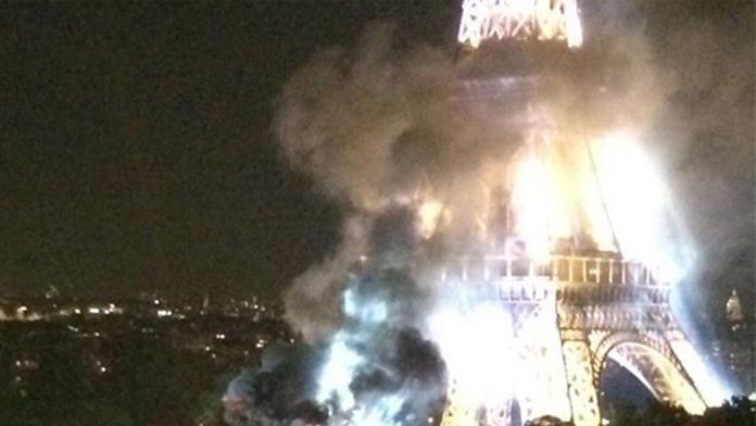 Eyfel Kulesinde, Gece Yarısı Yükselen Alevler ve Dumanlar Paris'i Ürküttü.
