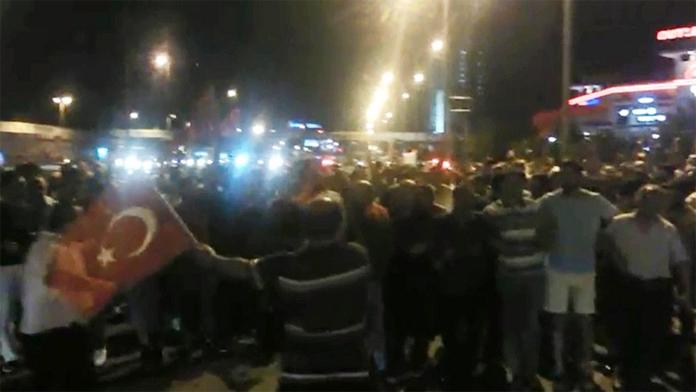 Vatandaşlar, Sokaklara Dökülerek Darbecileri Protesto Etti. Sabah Saatlerine Kadar Süren Protestolar Adeta Demokrasi Şölenine Döndü.