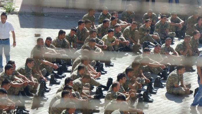 Şırnak'da Darbe'ye karışan 309 Asker Gözaltına Alındı. Bir Okul'un Bahçesinde Bulundurulan Askerler, Sevk için Bekletiliyor