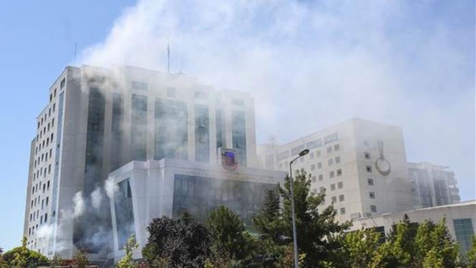 Darbeciler Jandarma Genel Komutanlığını Yaktılar, Yangının Söndürülmesine Çalışılıyor.