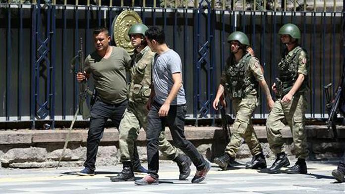 Genel Kurmay Karargahında Direnen Askerler Tutuklandı. Polis Darbecileri Gözaltına Aldı.
