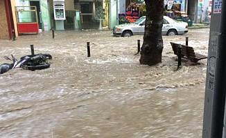 İstanbul'da şiddetli yağış Metro ve Marmaray seferlerini vurdu
