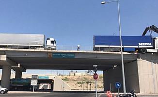 Konya'da kaza yapan TIR üst geçide asılı kaldı