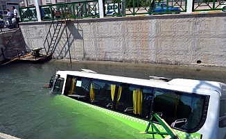 Halk otobüsü sulama kanalına düştü: 5 yaralı