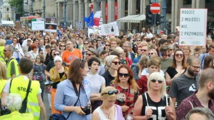 Polonyalı kadınlar kürtajın yasaklanmasını isteyen öneriye karşı ayaklandı