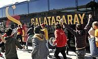 Galatasaraylı taraftarlar takım otobüsüne saldırdı